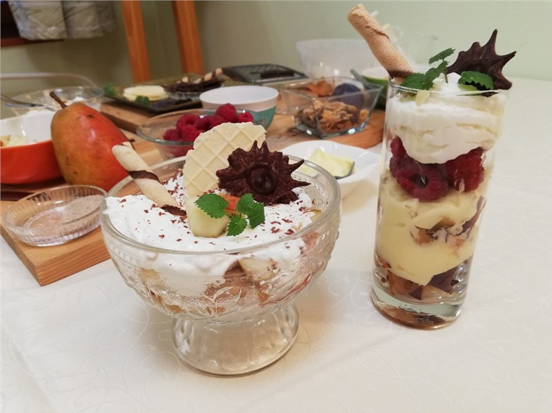 ovocné poháre z malín, sliviek a šľahačky