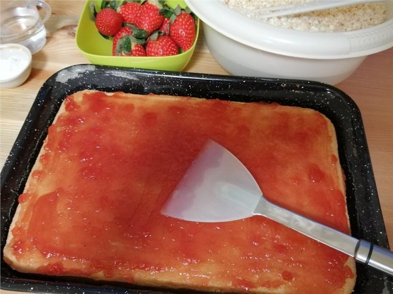 piškótové cesto s jahodovou marmeládou