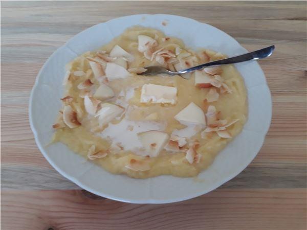Polenta s kokosvými chipsami a jablkom