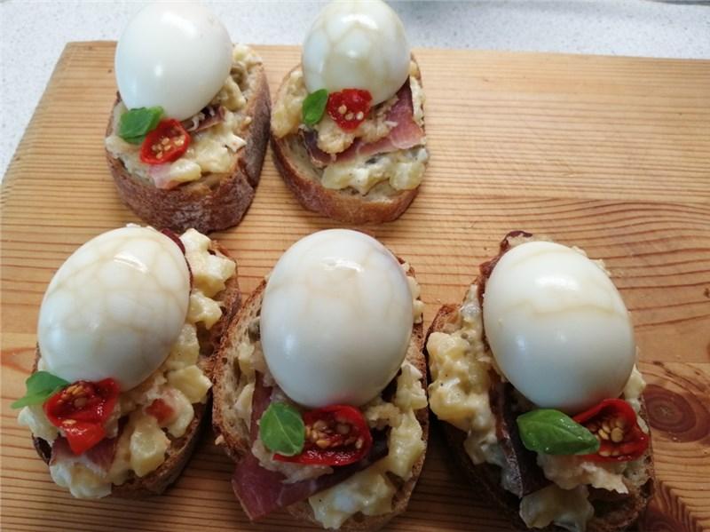 chlebíček s mramorovaným vajcom