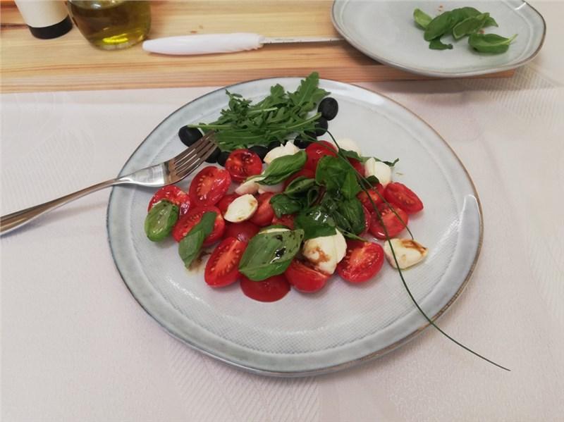 Caprese šalát s mozzarellou a paradajkami